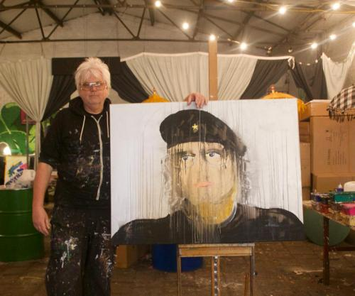 Dick Evers with his Self Portrait Bonky Monky D3 120 x 90 cm Foto: Loepy Thissen